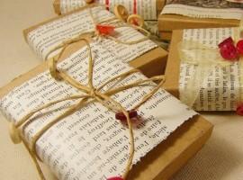 Pacchetti regalo con carta riciclata, corde e bottoni