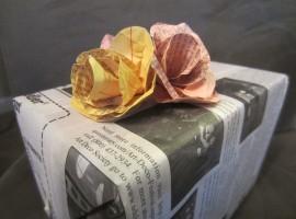 Pacchetto regalo con carta di giornale colorata