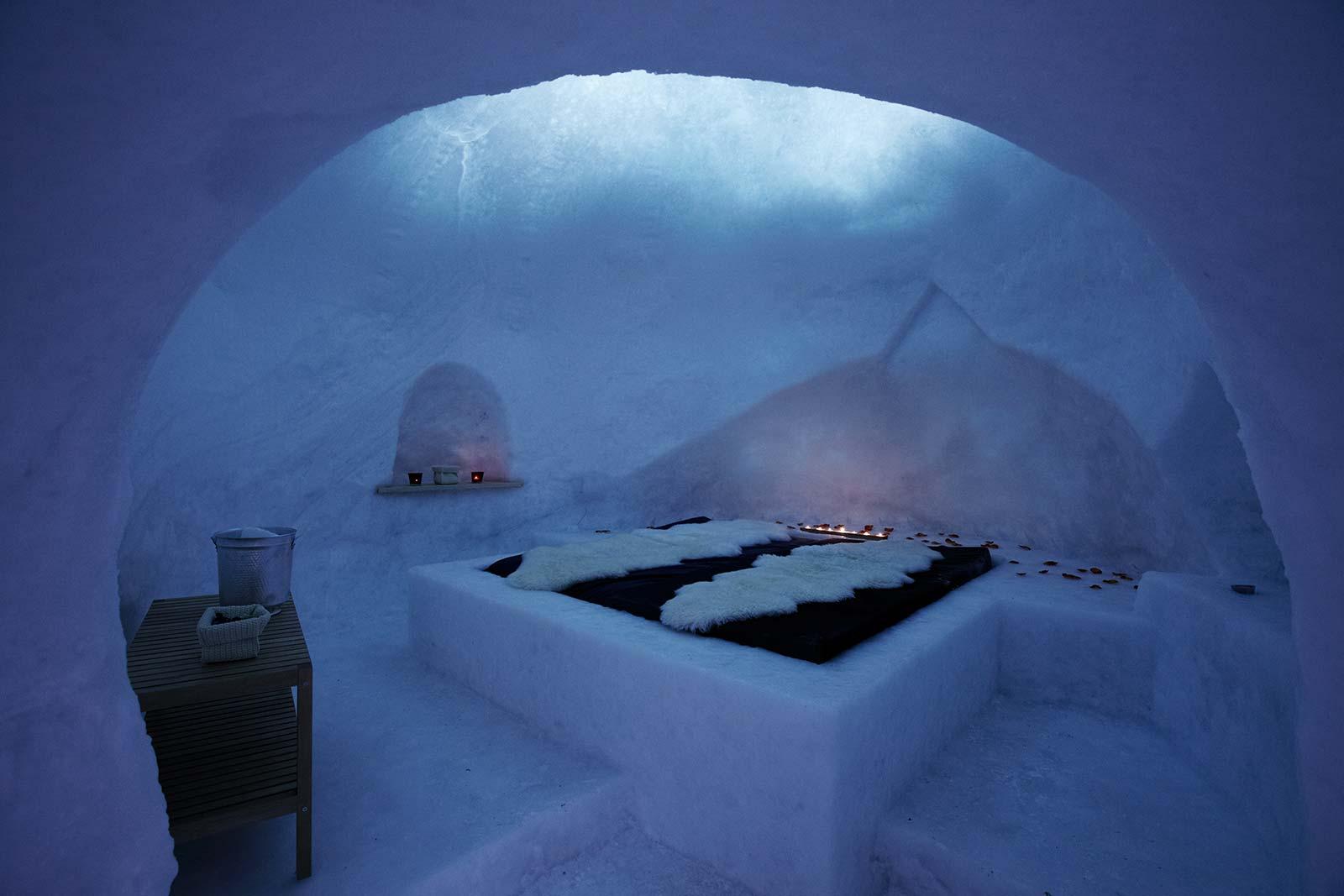 Una casa di ghiaccio: l'igloo del rifugio Bellavista ha il letto di ghiaccio, delle nicchie scavate nella neve.