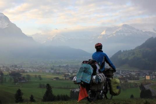 Around the world, foto che ritrae Ryohei Oguchi in sella alla sua bici