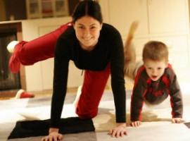 Esercizi di pilates mamma e figlio insieme