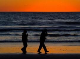 Passeggiata a passo veloce su spiaggia al tramonto