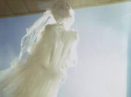 Donna velata che si libra nel cielo