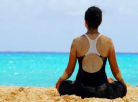 Posizione yoga del loto davanti al mare