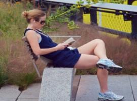 Lettura libro in un parco