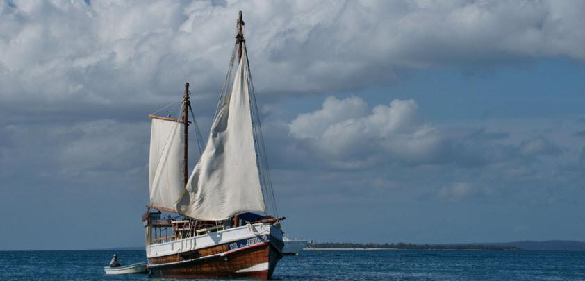 barca a vela in mare aperto