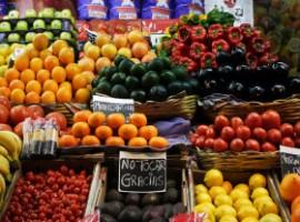 bancarelle di frutta e verdura colorate