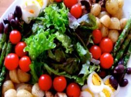 Insalata colorata con insalata riccia, pomodori e altre verdure