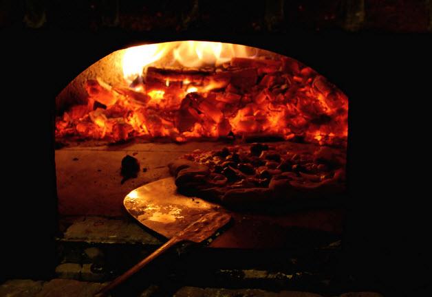 Pizza cotta in forno a legna di Matteo Bondioli via Flickr