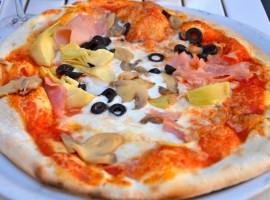 Pizza italina tonda Quattro Stagioni con mozzarella, funghi, carciofi e prosciutto di Susanne Davidson via Flickr