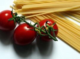 Fascio di spaghetti crudi e pomodori ciliegini di Rita M via Flickr