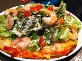 Pizza con vari condimenti, tra cui gamberone, insalata, pomodori, carote e vinaigrette di Hirotomo via Flickr