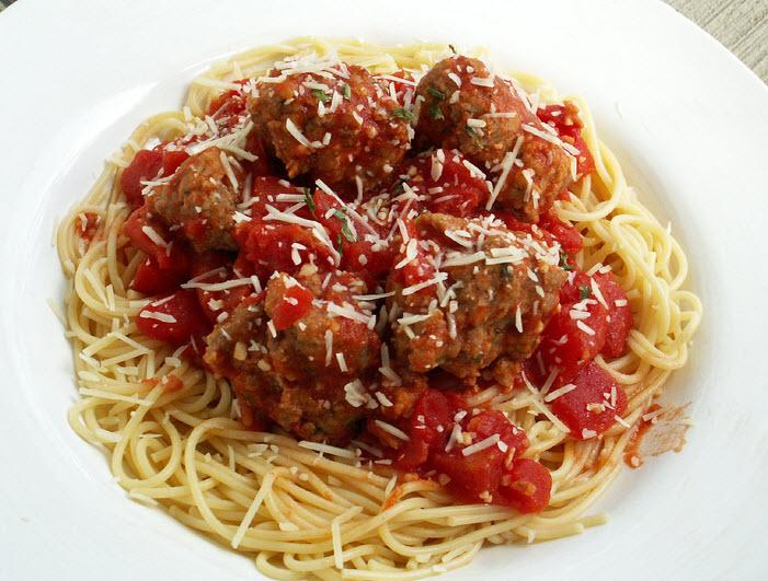 Spaghetti con polpettine di carne e formaggio a pezzetti via Flickr