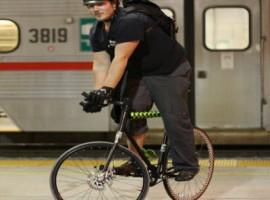ragazzo con bici ed elemetto appena sceso dalla metropolitana americana