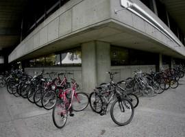 Posteggi per biciclette all'esterno di uno degli edifici del MIT in USA