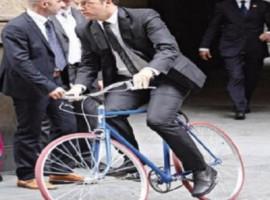 Il PM Matteo Renzi in bici