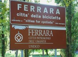 Il segnale di ingresso alla città di Ferrara la segnala come Città delle biciclette