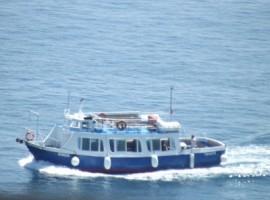 Atrani: una barca passa davanto alla piccola città