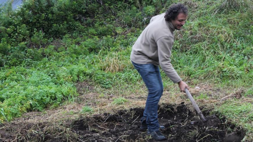 """""""Il cambiamento? Inizia spalando letame!"""". Daniel Tarozzi lavora la terra durante la visita dell'Ecovillaggio Pecoranera in Carnia"""