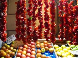 Frutta fresca appesa in mercato amalfitano