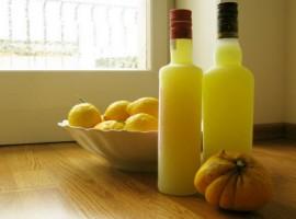 Bottiglie di limoncello nostrano e frutti