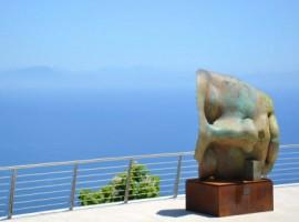 Statua di Mitoraj e sullo sfondo il blu del mare