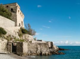 La Torre che separa le due spiagge di Erchie