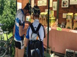 Pausa succo di mela per i ciclisti in Val venosta