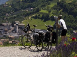 Biciclette e un panorama delle Alpi