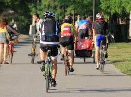 Ciclisti lungo il PO, turismo lento in Italia