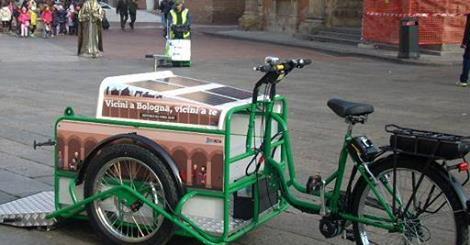 La bicicletta spazzino a pannelli solari di Bologna