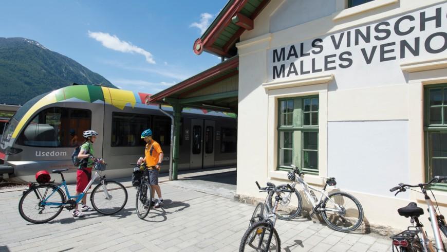 Turismo sostenibile tra le alpi, treno e bicicletta