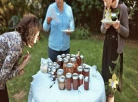 Tre donne, un tavolo e cibo