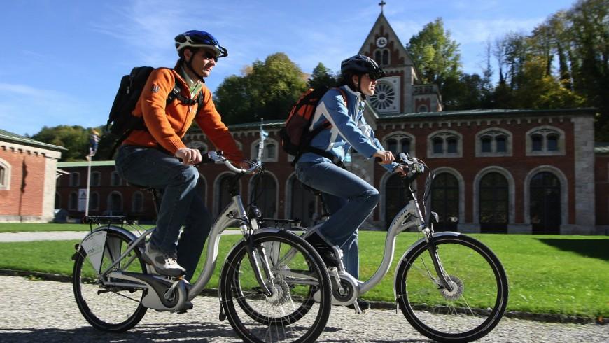 turismo ecologico sulle Alpi, in bici elettrica a Bad Reichenhall, Germania