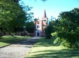 Abazia di Viboldone, immersa nel verde del parco agricolo sud di Milano