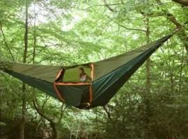 tenda sospesa tra gli alberi