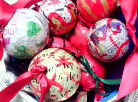 Addobbi natalizi di riciclo: palline in cartapesta