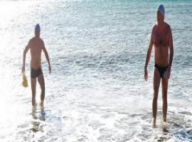 Due bagnanti escono dalle onde del mare