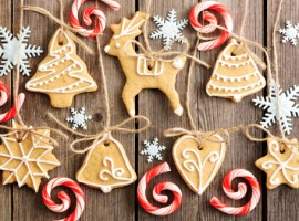 Decorazioni natalizie fatte in casa: biscotti da appendere