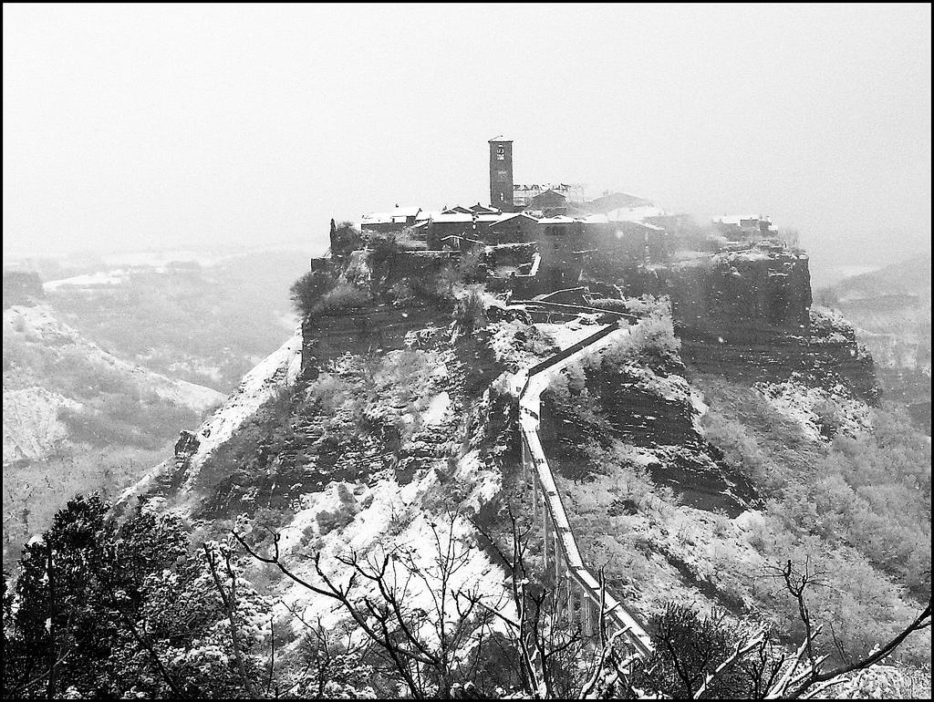 La Civita di Bagnoregio sotto la neve sembra un presepe