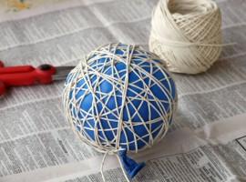 Addobbi natalizi fatti in casa: palline di corda