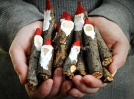 Decorazioni naturali di Natale fatte in casa con legno e colori