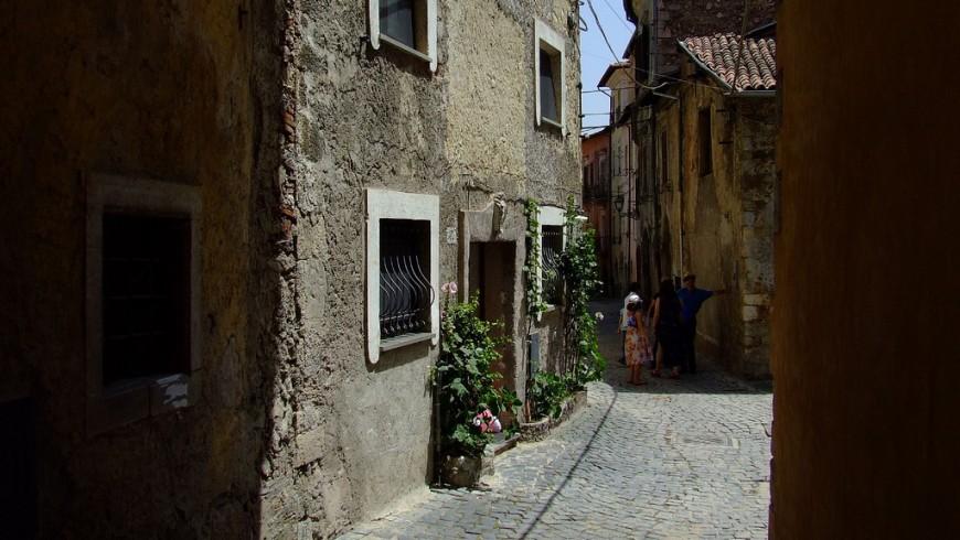 Una via del borgo di Tagliacozzo: antiche case e alcune persone
