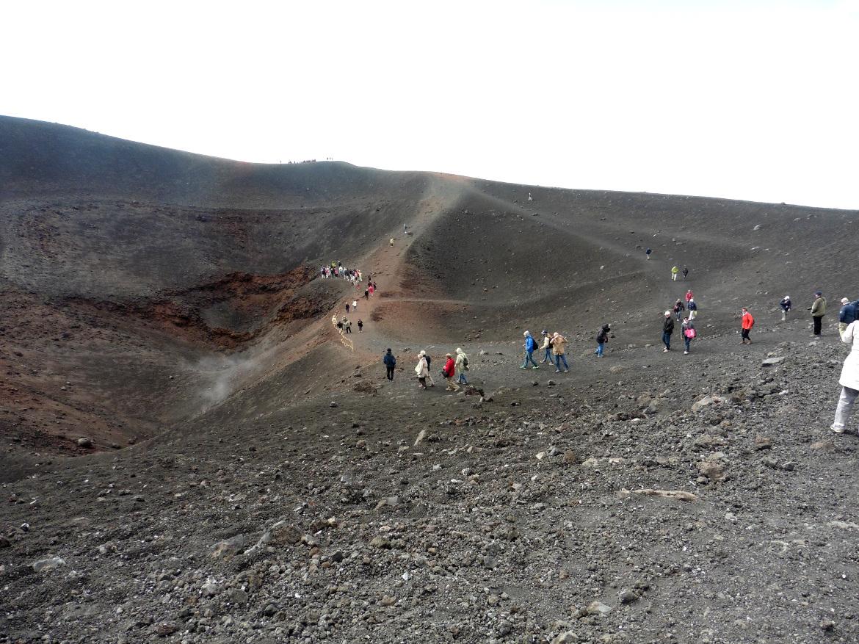 Etna, persone a piedi che camminano sul più grande vulcano d'Europa