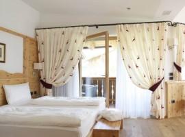 La stanza di uno chalet del Pineta Naturalmente Hotel
