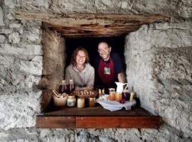 Andrea e Alice, proprietari dell'Agriturismo Malga Riondera, Lessinia, Trentino