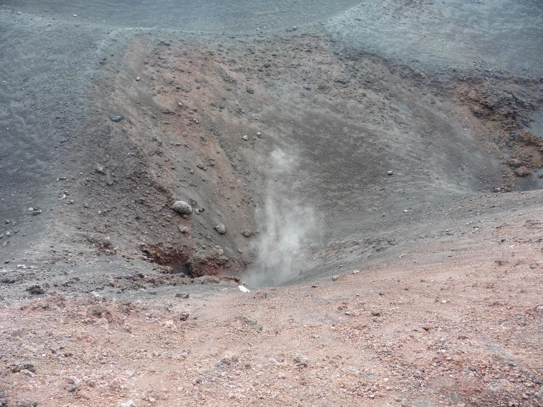 Etna, il fumo del vulcano e la sabbia rossa, itinerario in Sicilia