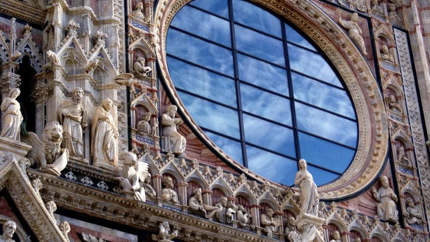 Particolare del rosone del duomo di Siena; nella vetrata si riflette il cielo, Toscana