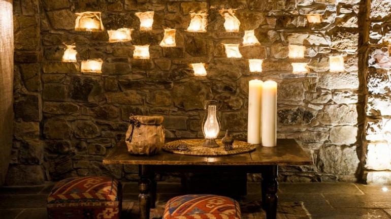 candele e mura in pietra all'interno dell'Eremito Hotelito del Alma (Orvieto, TR)