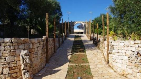 un viale lastricato all'interno della masseria Sciaiani Piccola (BR)